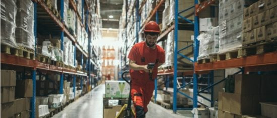 warehouse-worker-picture-id947972446